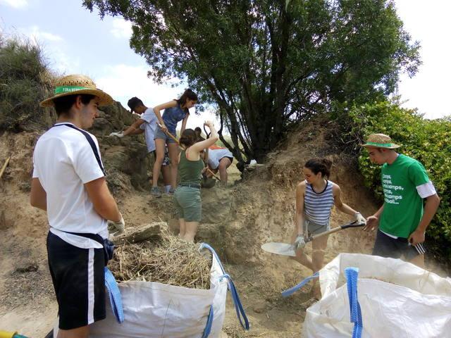 Una quinzena de joves participen al camp de treball d'Agramunt