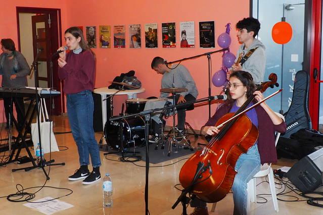 Artesa de segre celebra el 8-M amb música i la Marxa de la Dona