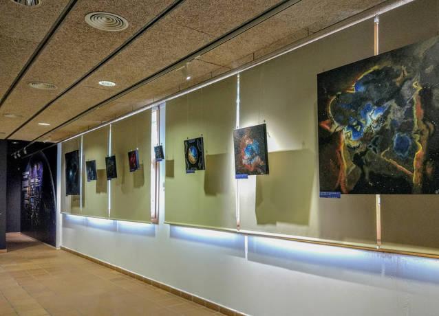 """El COU inaugurarà demà la primera exposició """"d'astroart"""" amb l'obra de la pintora JuliaART"""