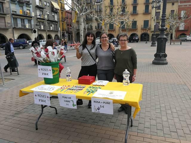 El Servei d'Intervenció Socioeducativa del Consell Comarcal de la Noguera munta una paradeta per Sant Jordi