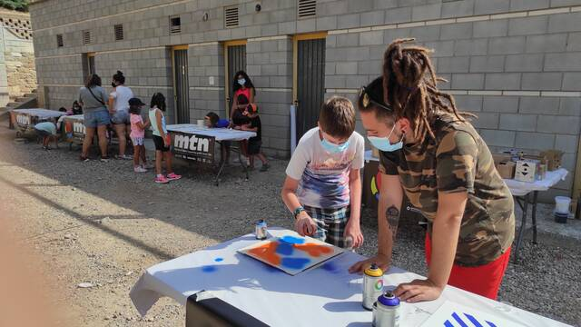 Els nens de Camarasa participen els divendres 23 i 30 de juliol i el 6 d'agost en la confecció d'un mural amb l'artista Foxy en el marc de la iniciativa 'Territori Artemisa'