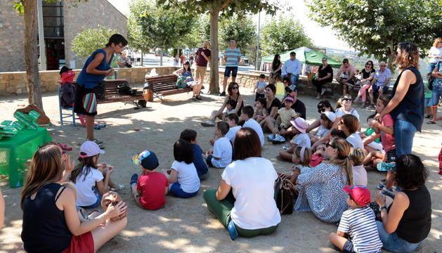 La desena edició del Festival de contes omple de públic familiar els carrers de Tiurana