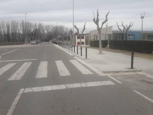 L'ajuntament de Balaguer instal·la pilones de protecció a la vorera del col·legi Mont-roig