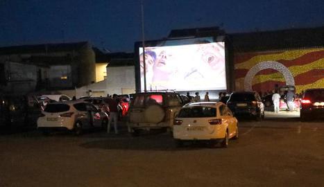 L'autocine de Bellcaire d'Urgell s'estrena amb 24 vehicles