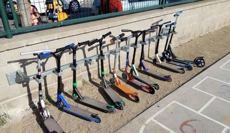 Pàrquing per a patinets en un col·legi de Balaguer