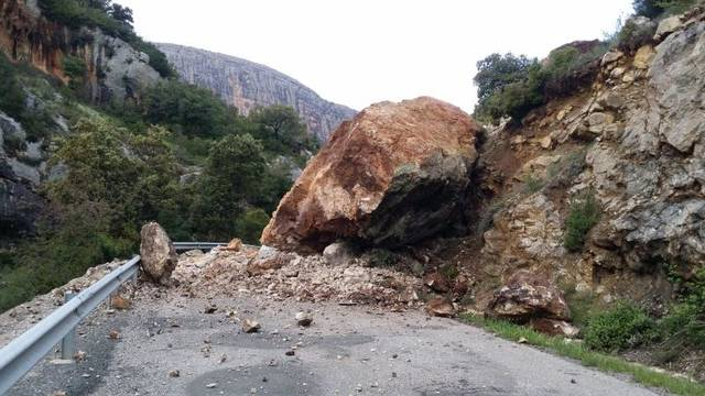 Tallen la carretera L-913 a Vilanova de Meià a causa d'una esllavissada