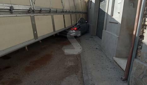 Un camió bolca sobre un cotxe a Castelló de Farfanya