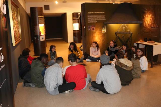 Visites escolars a l'exposició de bruixeria al Museu de la Noguera