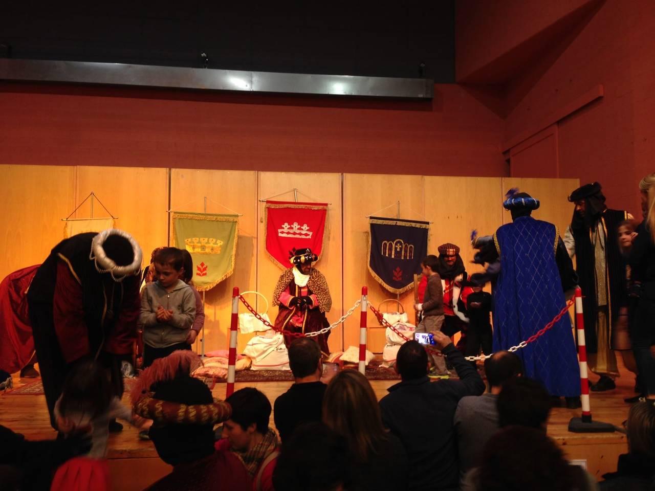 Els nens i nenes de Ponts entreguen al Patge Faruk les cartes als Reis Mags