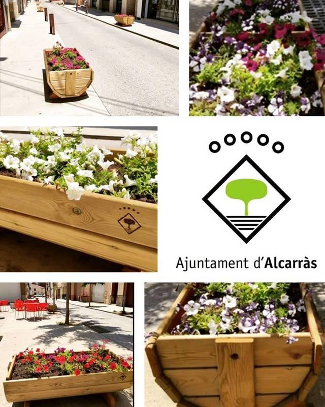 Alcarràs embelleix el poble amb jardineres donades i decorades per veïns i empreses