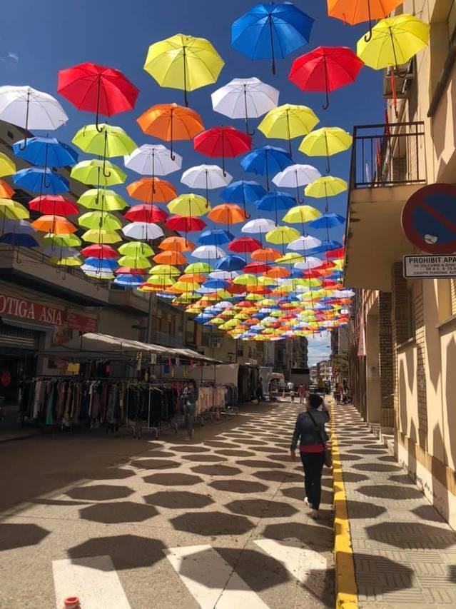Alfarràs ombreja el centre del poble amb paraigües de colors