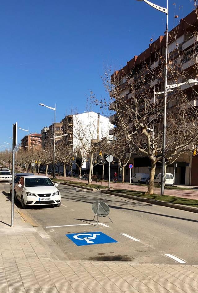 Almacelles repinta places d'aparcament per a discapacitats