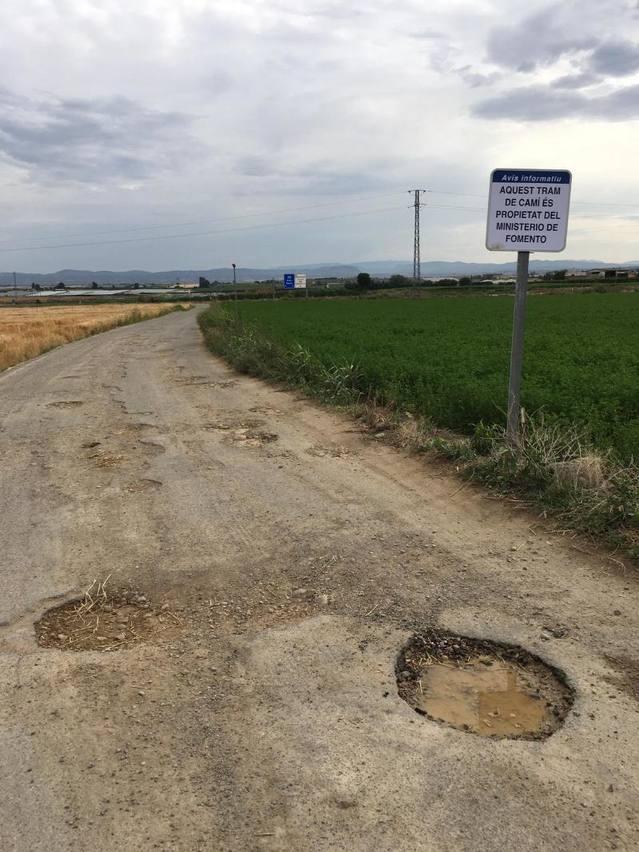 Almacelles senyalitza les carreteres de Foment, per denunciar el seu estat de deixadesa