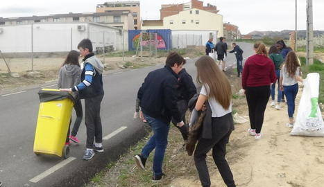 Alumnes de Torrefarrera netegen els accessos a l'institut Joan Solà