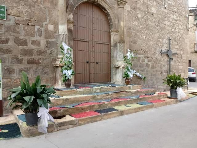 Catifes de Corpus guarneixen l'església de La Granja d'Escarp