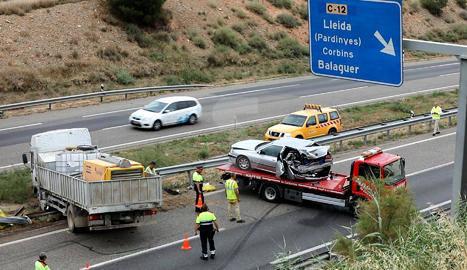 Cues quilomètriques a l'A-2 per un accident entre un camió, una furgoneta i un cotxe