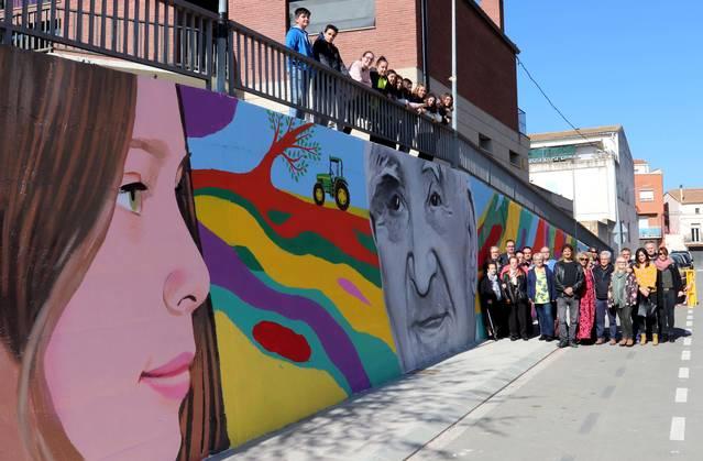 El carrer Sant Bartomeu ja llueix el mural de l'artista Oriol Arumí i els alumnes de l'Institut