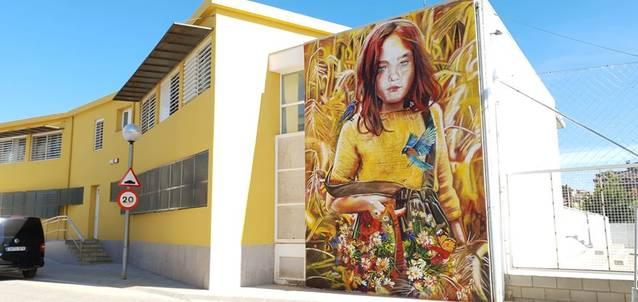 El mural de l'artista Lily Brick ja llueix acabat a les escoles d'Alcoletge