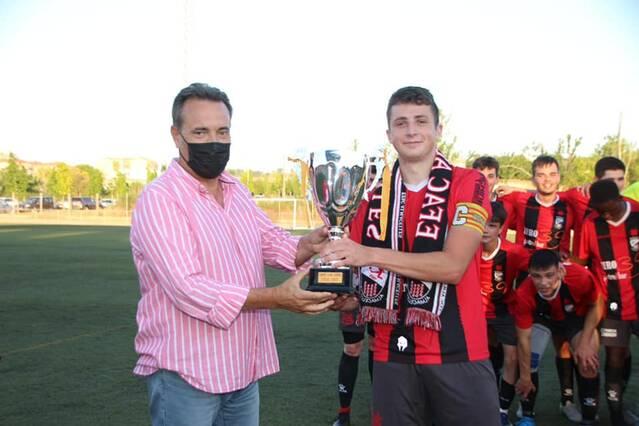 Els equips benjamí i juvenil d'Almacelles celebren la seva proclamació com a campions de les seves respectives lligues