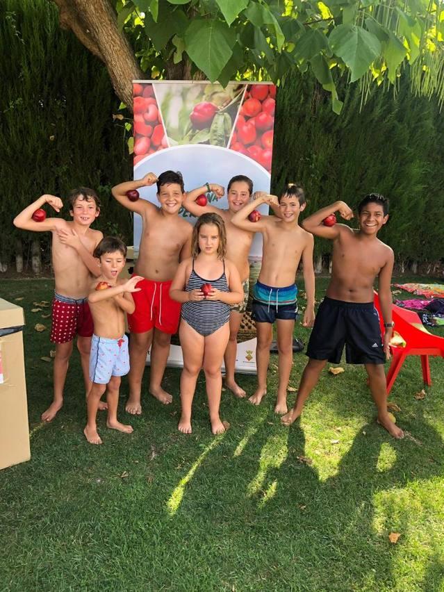 Èxit de participació a la primera jornada de fruita a la piscina municipal