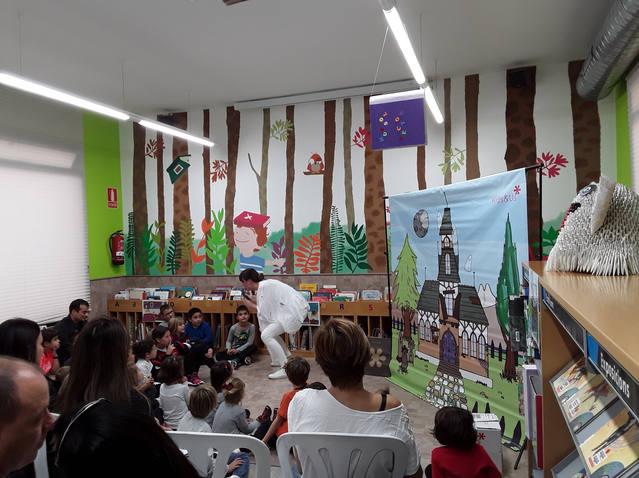 Hora del conte en anglès dins el Racó dels Pares de la Biblioteca