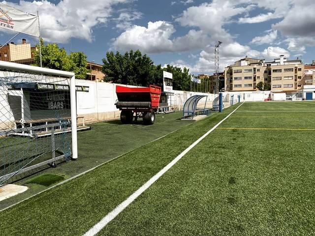 Alcarràs repara la gespa artificial del camp de fútbol