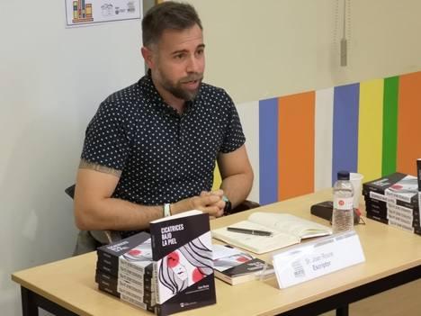 """Joan Roure presenta a la Biblioteca Josep Lladonosa d'Alguaire el seu llibre """"Cicatrices bajo la piel"""""""