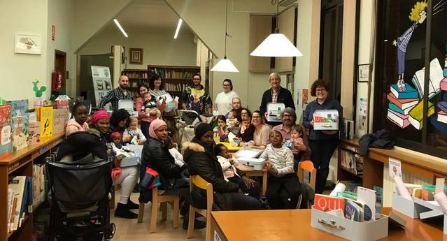 La Biblioteca d'Alguaire obsequia als bebès amb canastretes lectores