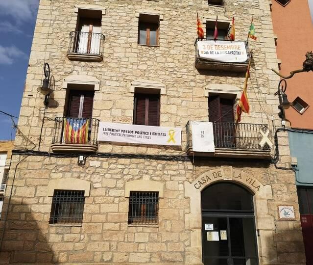 La Junta Electoral de Lleida obliga a retirar les pancartes i símbols de la façana de l'Ajuntament de Puigverd de Lleida
