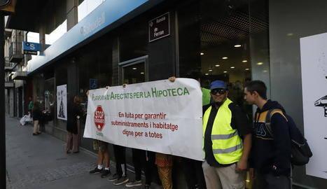 La PAH paralitza un desnonament a Albatàrrec i en denuncia dos més