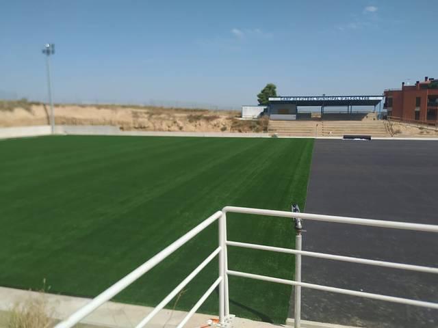 L'Ajuntament d'Alcoletge col·loca gespa artificial al camp de fútbol