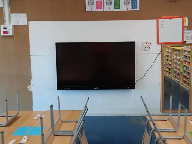 L'Ajuntament de Torres de Segre compra dos pissarres digitals més per l'Escola Carrassumada