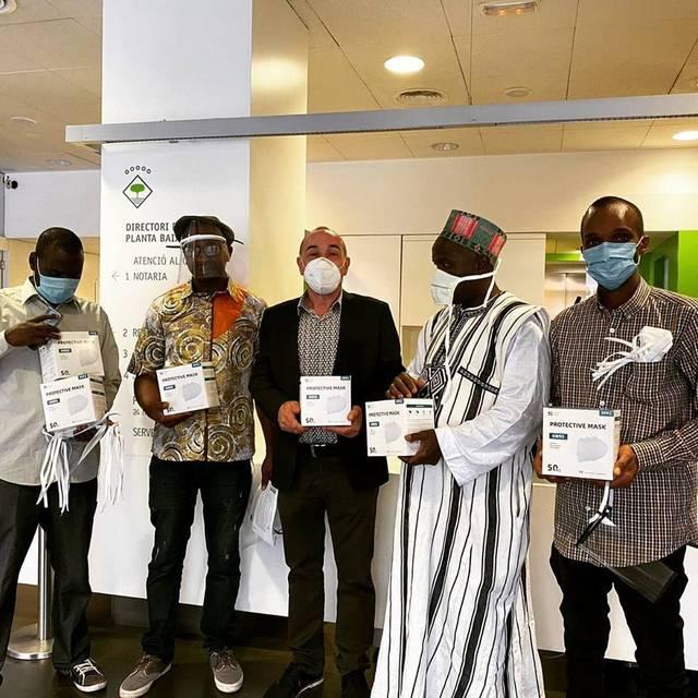 L'associació Guineans Amics del Segrià d'Alcarràs dona 500 euros a l'Ajuntament per la lluita contra el Covid-19