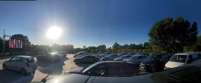 L'autocinema d'Albatàrrec torna a omplir el Parc del Riu de cotxes-espectadors