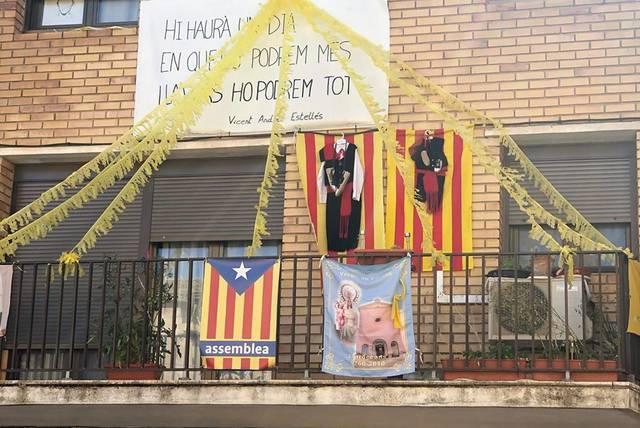 Llardecans guarneix façanes i balcons per la Festa Major