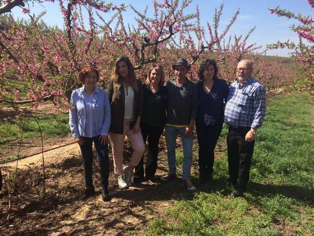 Lorena Gómez, Montserrat Alcoverro i Toni Flix visiten els camps florits d'Aitona