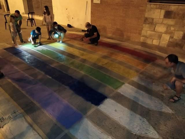 Massalcoreig reivindica el col·lectiu LGTBI pintant un pas de vianants amb els colors de l'Arc de Sant Martí