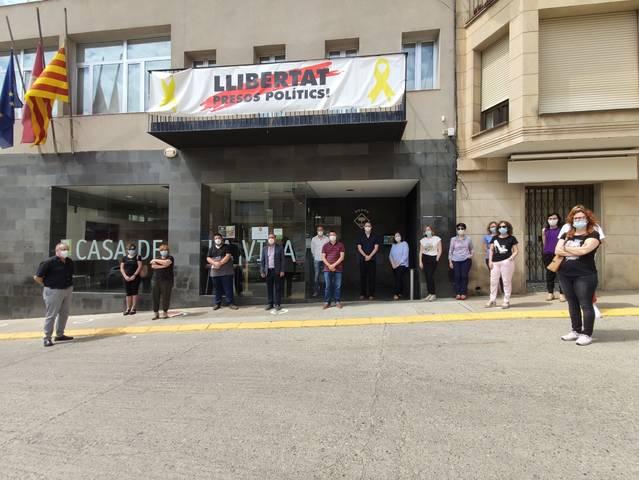 Minut de silenci davant l'Ajuntament d'Alcarràs per les víctimes del Covid-19