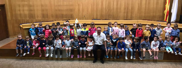 Nens i nenes de P2 visiten l'Ajuntament d'Alpicat