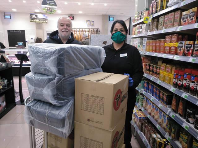 Plusfresc dona a 'Quiets a casa!' d'Alpicat 2.000 bosses per fer bates sanitàries i Medilast aporta tela per fer mascaretes