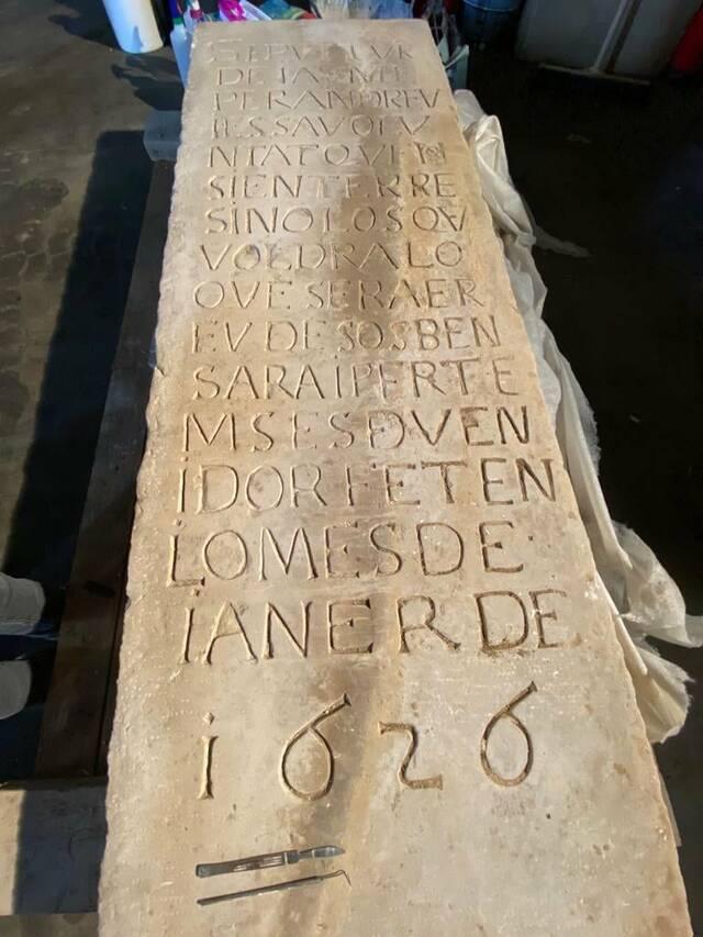 Restauren una làpida de fa 400 anys descoberta al desembre a Aitona