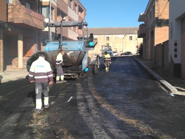 Tasques d'urbanització de carrers a Almacelles