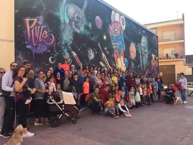 Un centenar de persones en la caminada pels murals del Torrefarrera Street Art Festival