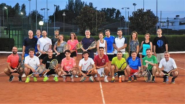 Una cinquantena de socis i sòcies, al Clínic d'estiu de tennis del CT Lleida