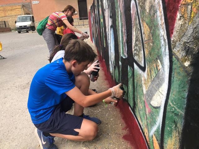 Una trentena de participants al taller de grafitti de La Granja d'Escarp
