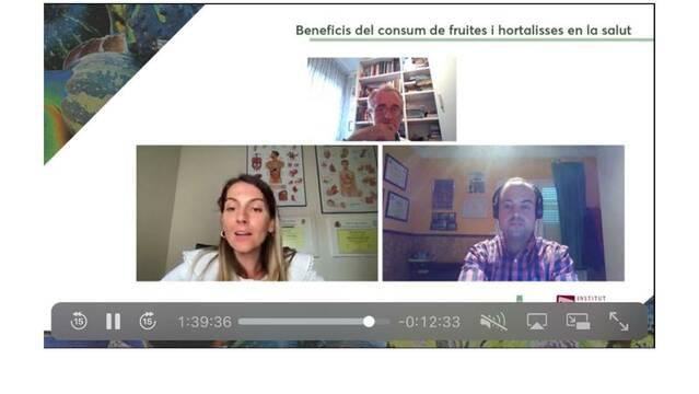 Maria Real i David Bars parlen dels beneficis de les fruites i hortalisses en la primera de les dos jornades organitzades per l'IEI